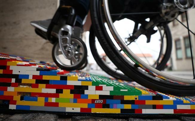 ZAHVALJUJUĆI SURADNJI NIKOLINE BLAŽANOVIĆ I CENTRA ZA MLADE GRADA ZAGREBA Rampa za osobe s invaliditetom napravljena od lego-kockica bit će postavljena na ulazu u muzej